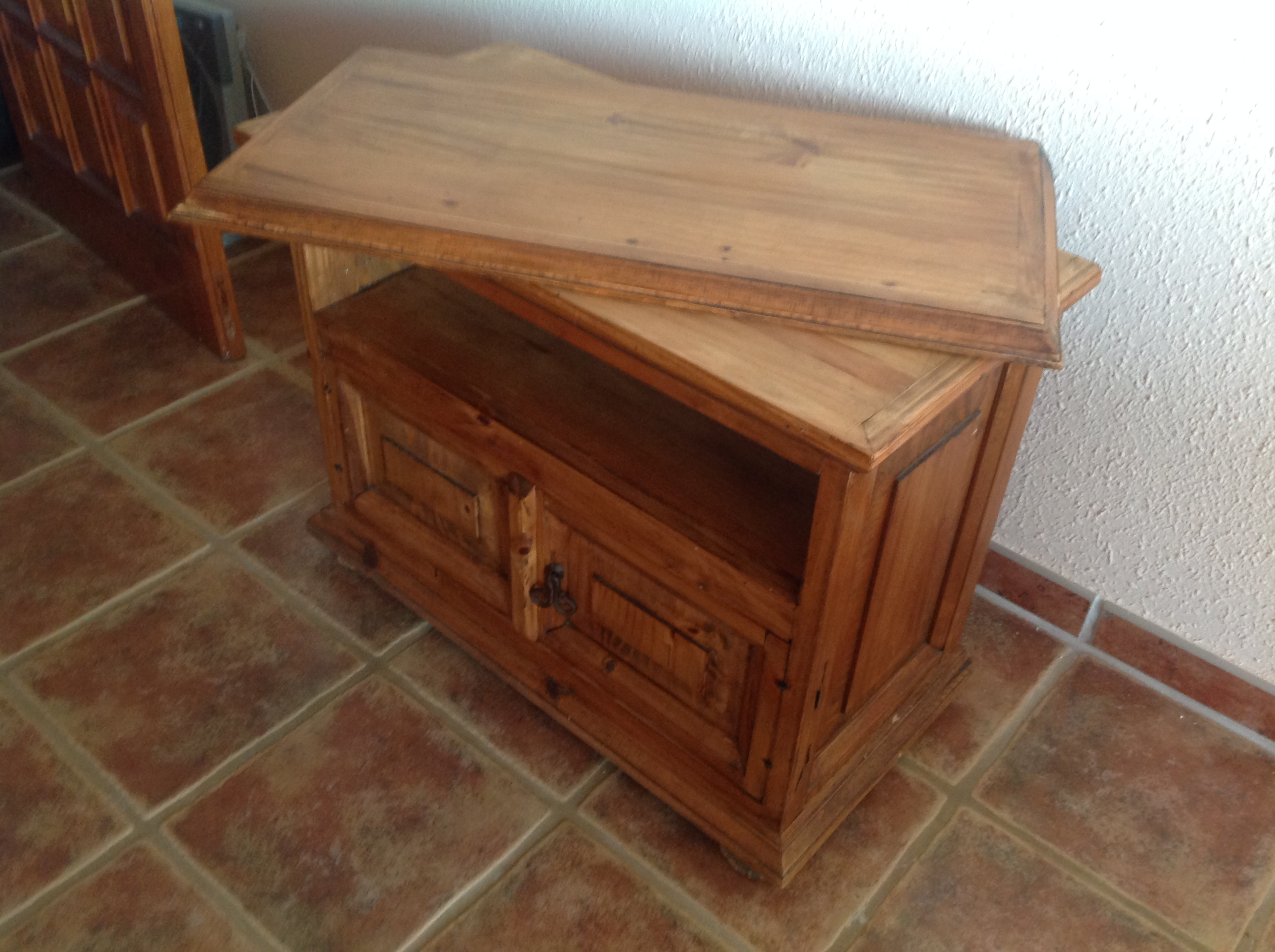For sale: TV cabinet with swivel top .FREE OF CHARGE!!!